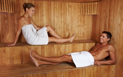 Mann und Frau reden in Sauna