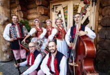 Folk show performers
